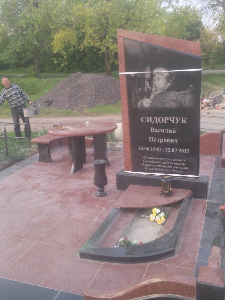Комбинированный гранитный памятник на могилу мужчины