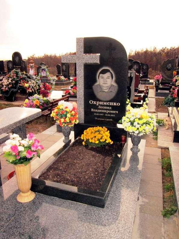 Памятник из покостовского и букинского гранита