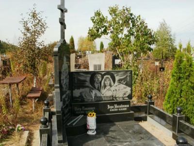 Эксклюзивный памятник из черного гранита для семьи