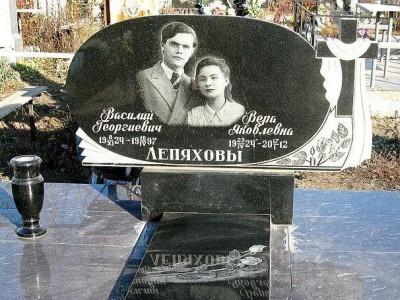 Семейный гранитный памятник для супружеской пары