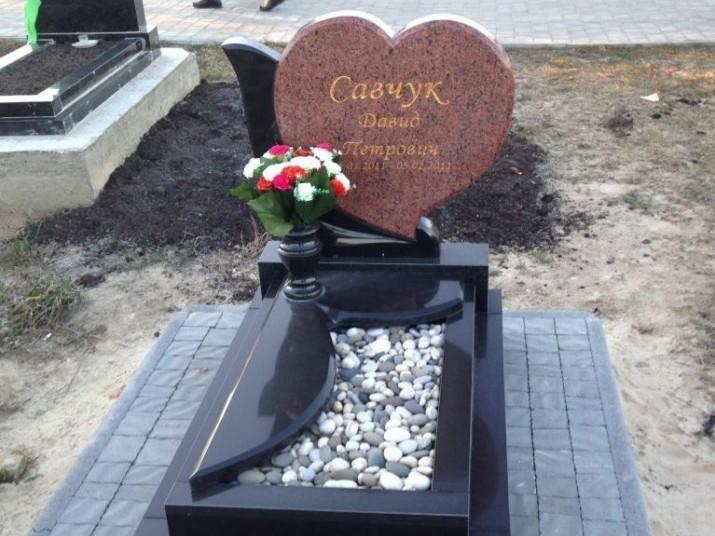 Детский надгробный памятник в виде сердца