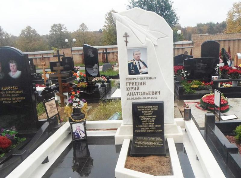 Памятник из гранита и мрамора на могилу мужчины