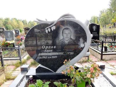 Надгробный памятник в виде сердца с дубом