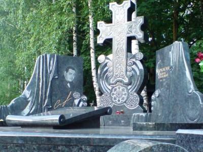 Мемориальный комплекс с крестом фото