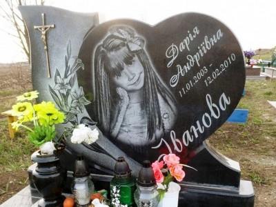 Черная гранитная стелла для памятника девочке
