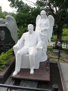 Скульптура человека и ангела для гранитного памятника