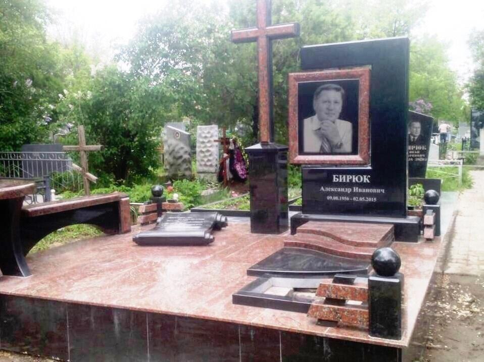 Современный надгробный памятник прямоугольной формы
