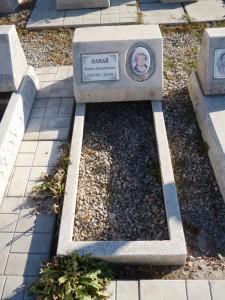 Памятник в виде подушки из мраморной крошки на могилу