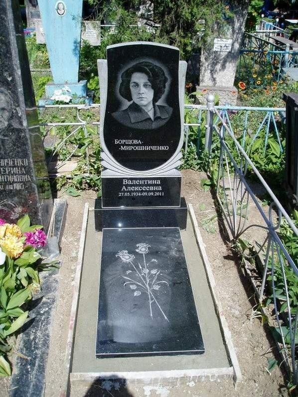 Одинарный памятник с гравировкой роз на могилу женщины