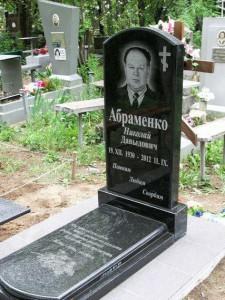 Мужской одинарный памятник из черного гранита