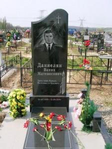 Одинарный памятник с закрытым цветником для мужчины