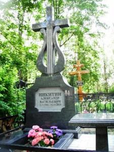 Гранитный памятник на могиле музыканта