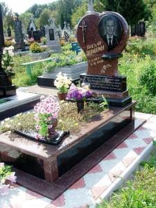 Памятник в виде сердца с высоким цветником