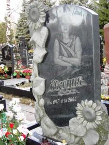 Одинарный гранитный памятник черного цвета для дочери