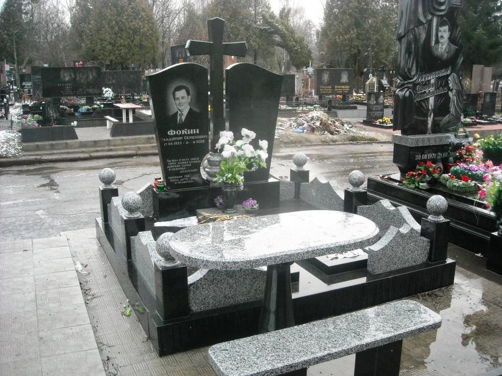 Могильные памятники из черного гранита