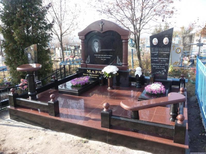 Гранитный мемориальный комплекс для четверых