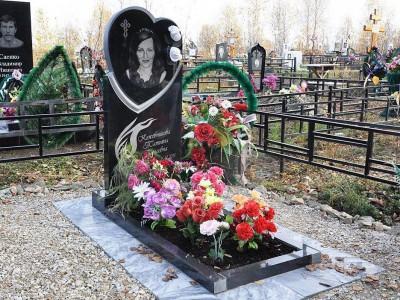 Одинарный женский памятник из черного букинского гранита