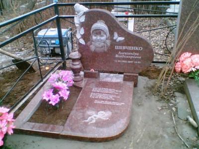 Красный гранитный памятник с металлической оградой для девочки