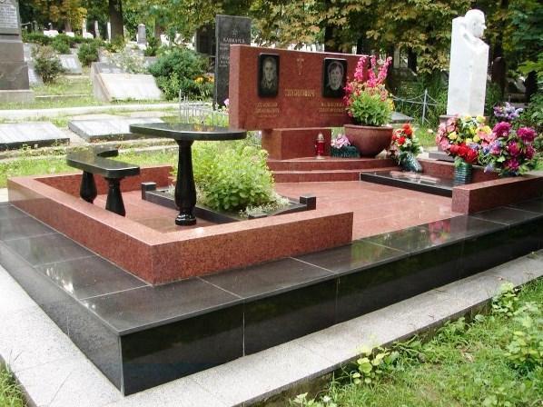Двойной памятник из лезниковского гранита с ограждением