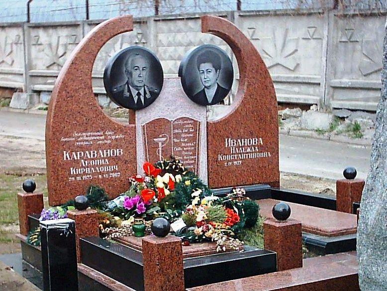 Двойной памятник из красного гранита для врачей