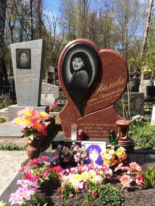 Памятник из красного гранита в виде сердца фото