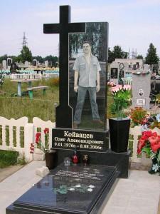 Надгробный одинарный памятник с резным крестом для молодого человека