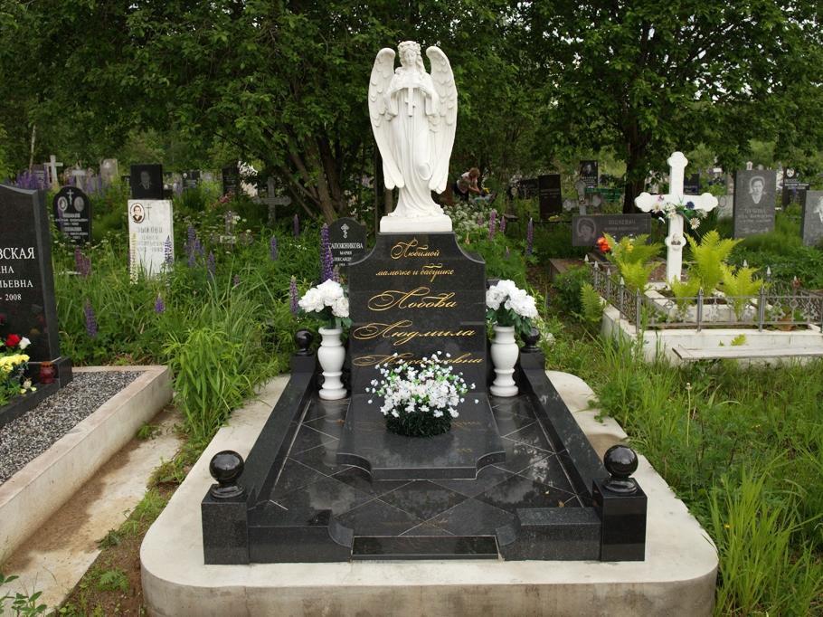 Черный памятник с белыми гранитными вазами
