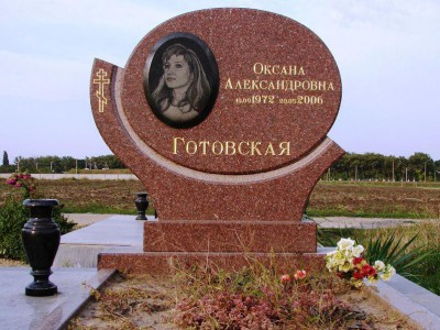 Красный овальный памятник для молодой девушки