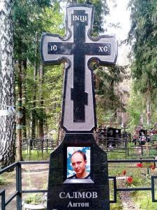 Памятник в виде креста для могилы юноши