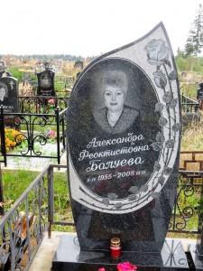 Женский памятник черного цвета с фигурной стеллой