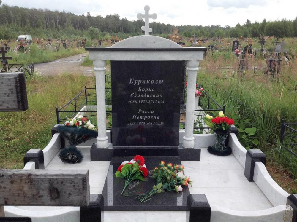 Памятник из мрамора и черного гранита