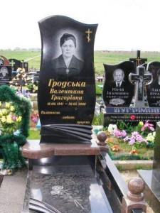 Черный надгробный памятник из гранита для женщины
