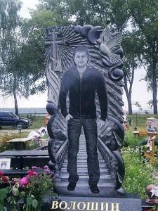 Черный резной памятник с голубем на могилу