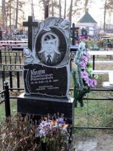 Мужской гранитный памятник с крестом и розами