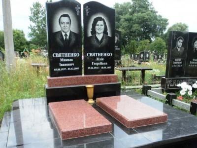 Надгробные памятник с цветниками закрытыми красной плитой