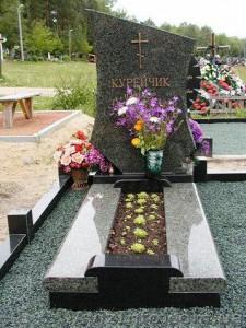 Гранитный памятник с цветником и плитой