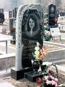 Элитный резной женский памятник с березой и вазой