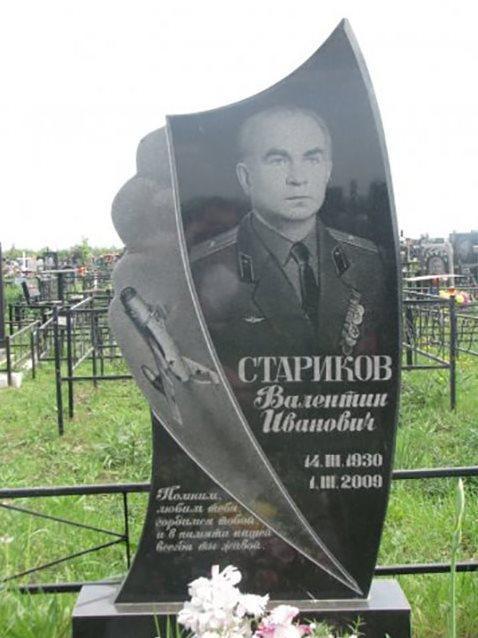Вертикальный резной памятник для военного