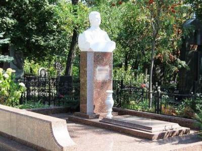 Мужской памятник из гранита с бюстом