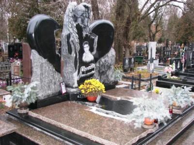 Элитный памятник из гранита в виде сердца