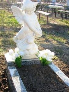 Надгробный памятник со скульптурой для младенца