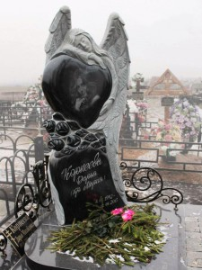 Эксклюзивный памятник из черного и серого гранита с ангелом