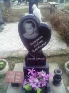 Детский резной памятник с голубем