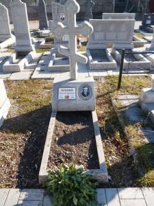 Памятник из мраморной крошки с крестом