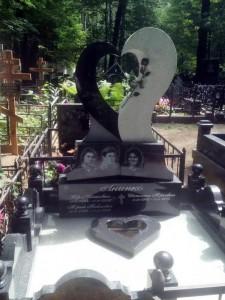 Семейный памятник с фигурной стеллой