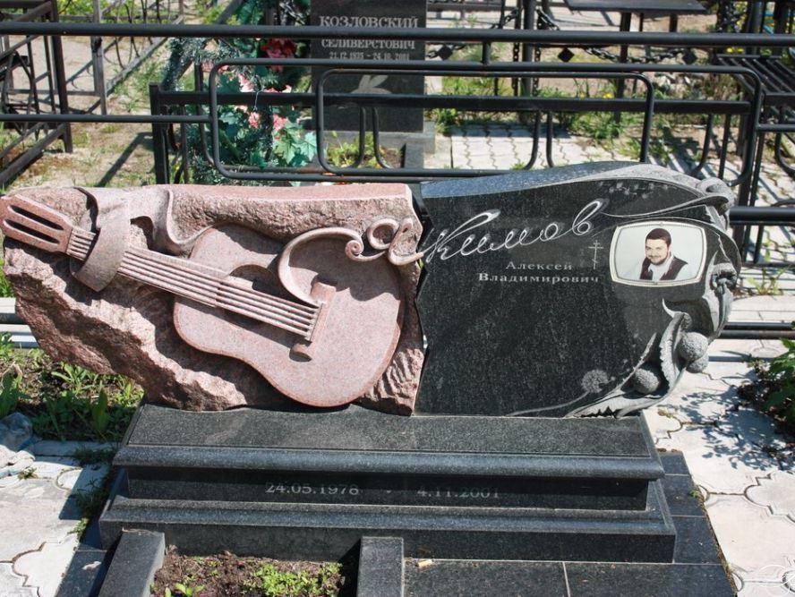 Эксклюзивный гранитный памятник музыканту