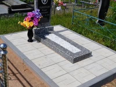 Памятник из черного и серого гранита с тротуарной плиткой
