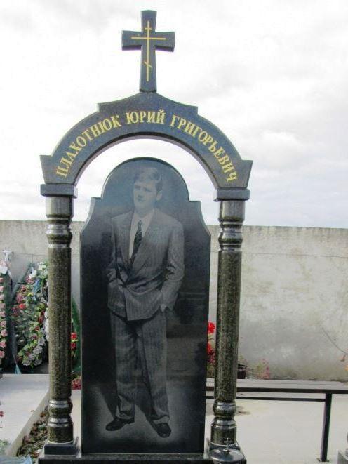 Памятник из межирического гранита с колоннами