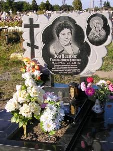 Резной надгробный памятник из серого и черного гранита