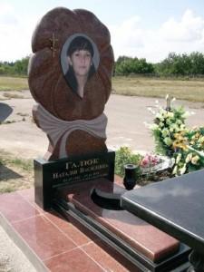 Памятник из красного гранита для дочери